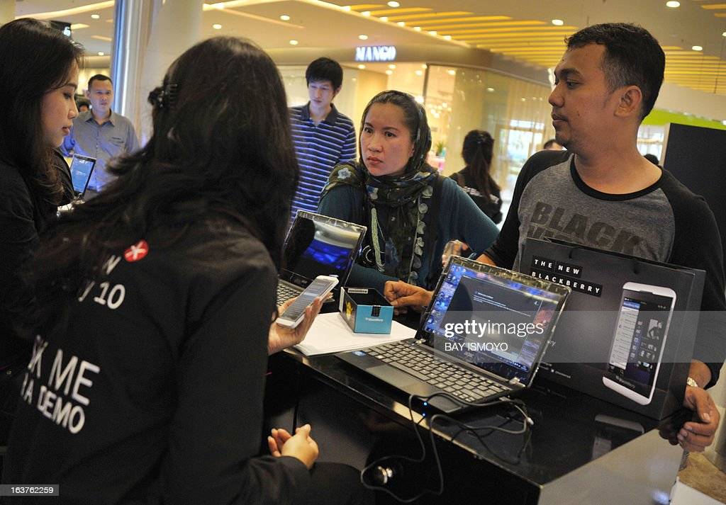 People attend the Blackberry Z10 phone launch event at a shopping mall in Jakarta on March 15, 2013. BlackBerry launched its new Z10 smartphone in Indonesia, the company's third-largest market as it rapidly loses ground elsewhere to rivals such as Apple and Samsung. AFP PHOTO / Bay ISMOYO