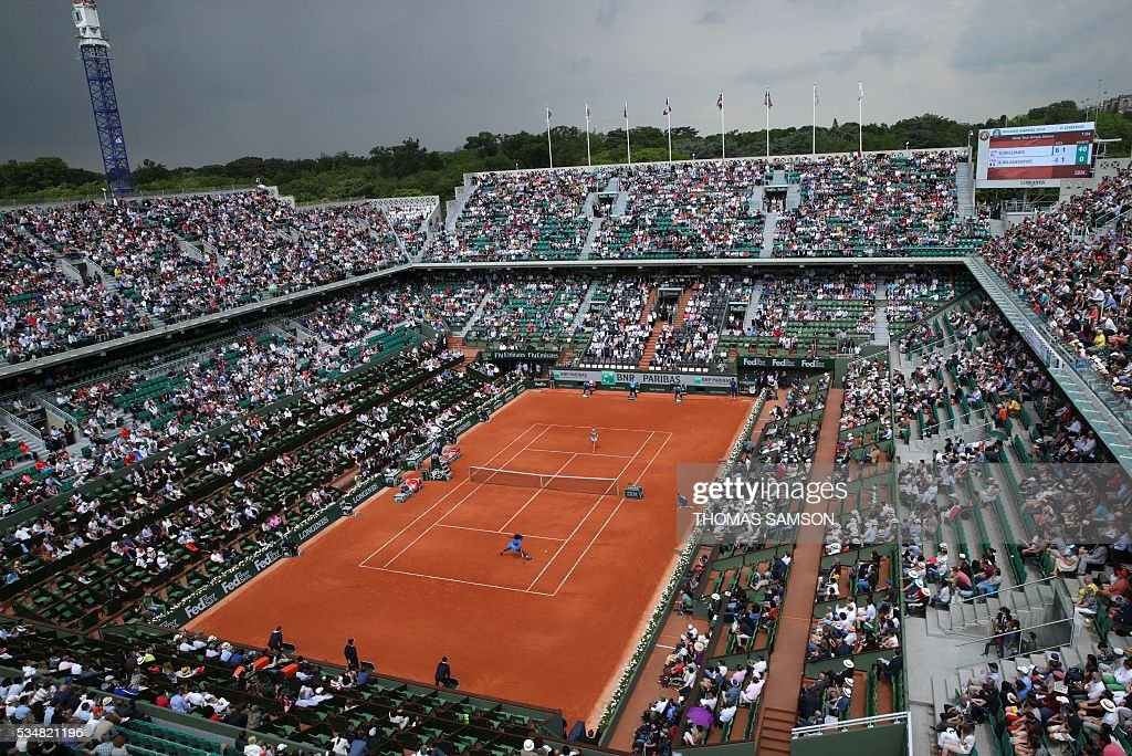 People attend the women's third round match between US player Serena Williams and France's Kristina Mladenovic at the Roland Garros 2016 French Tennis Open in Paris on May 28, 2016. / AFP / Thomas SAMSON
