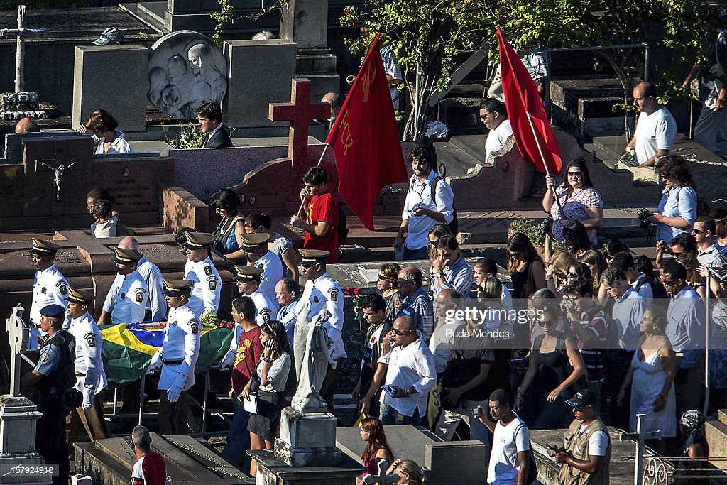 People attend to the funeral of the Architect Oscar Niemeyer at Sao Joao Batista on December 07, 2012 in Rio de Janeiro, Brazil. Niemeyer was hospitalized for 33 days at Samarian Hospital and died at 104 years old due to a kidney infection on December 05, 2012 in Rio de Janeiro, Brazil.