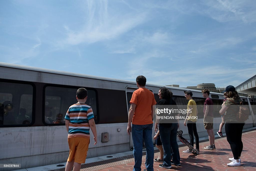 People board a Blue Line train in the Metro transit system May 25, 2016 in Alexandria, Virginia. / AFP / Brendan Smialowski