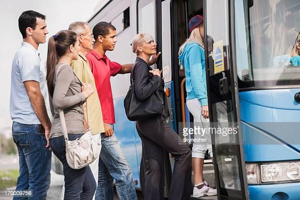 Personnes embarquement un bus.