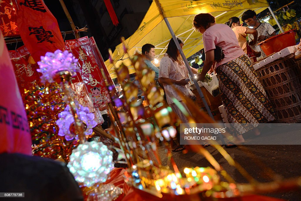 People buy fruits and Chinese decorations during last minute rush in Yangon's Chinatown district on February 6, 2016 in preparation for the Lunar New Year celebrations which falls on February 8 and will mark the start of the year of the monkey. / AFP / ROMEO GACAD