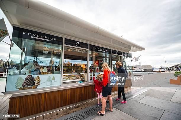 Menschen Kauf Mövenpick-Eis auf Oslo Straße