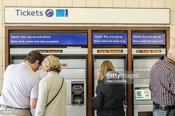 Menschen Kauf Visitor Oyster card für die Londoner U-Bahn