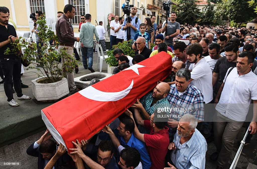 People carry the coffin of Huseyin Tunc, covered with the Turkish national flag in Istanbul on June 30, 2016 two days after the triple suicide bombing and gun attack occurred at Istanbul's Ataturk airport. The death toll from the triple suicide bombing and gun attack that occurred on June 28, 2016 at Istanbul's Ataturk airport has risen to 43 including 19 foreigners. The government has pointed the finger of blame at the Islamic State group and Turkish police rounded up 13 suspected IS jihadists in raids at 16 different locations across Istanbul on June 30. / AFP / BULENT