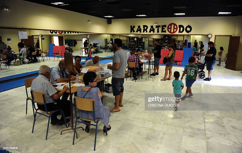 People cast their ballots for Spain's general election at the Casa Museo in Bollullos de la Mitacion, near Sevilla on June 26, 2016. Spain votes today, six months after an inconclusive election which saw parties unable to agree on a coalition government. / AFP / CRISTINA