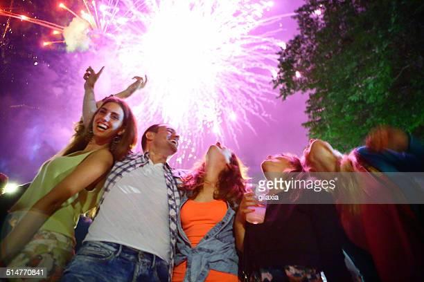 Pessoas Celebrando com foguetes.