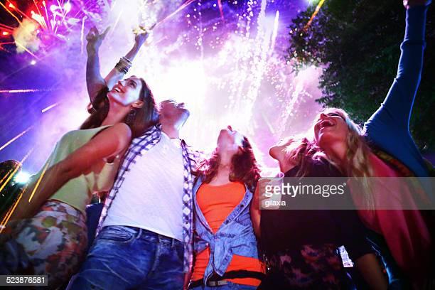 Personas de una celebración con fuegos artificiales.