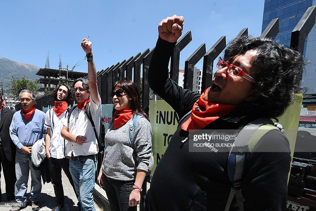 People chant slogans outside of the courtroom where Ecuadorean Attorney General Galo Chibiroga presented charges against military officers in Quito on October 1, 2103. Six generals and four coronels are accused of crimes against humanity during the government of Leon Febres-Cordero (1984-1988). AFP PHOTO / RODRIGO BUENDIA