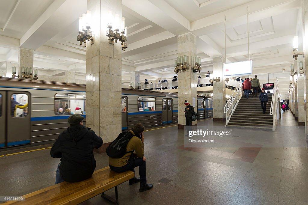 People come on at  Moskovskaya  metro station. : Foto de stock