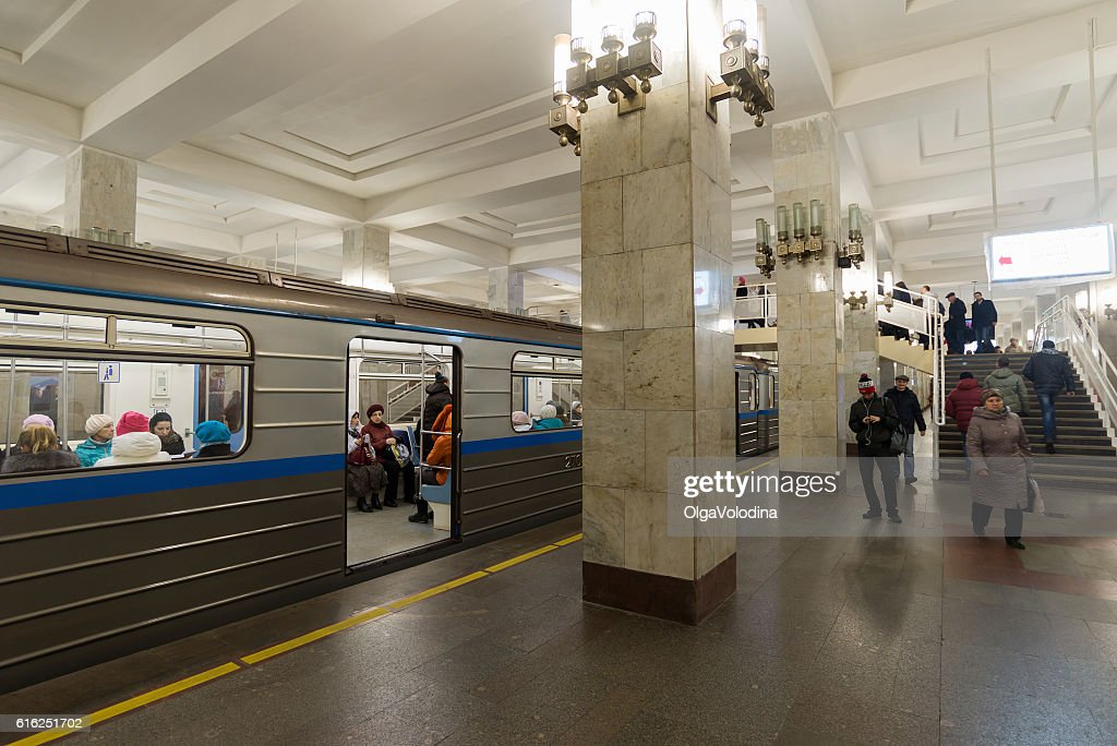 People come on at  Moskovskaya  metro station. : Foto de stock
