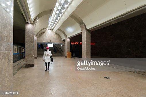 people come to train at metro Gorkovskaya in Nizhny Novgorod : Foto de stock