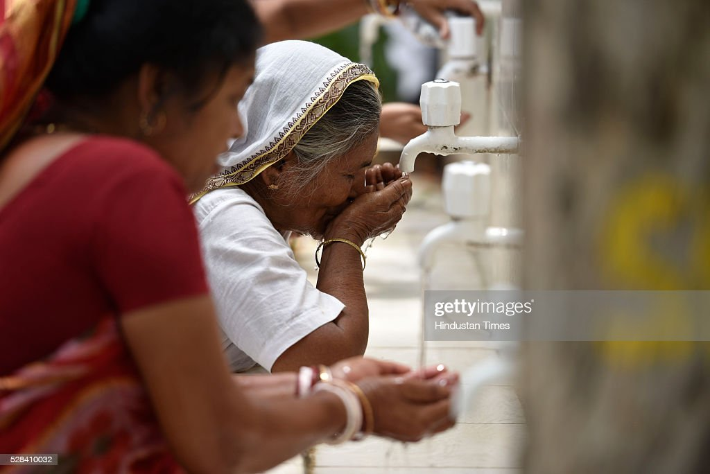 People cope up with summers of the capital at Rajghat, on May 4, 2016 in New Delhi, India. The Met Office has predicted light rains for the day. The maximum temperature is expected to hover around 40 degrees Celsius.