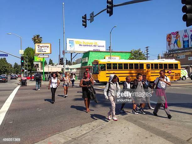 Personnes traverser la rue dans la banlieue de Los Angeles