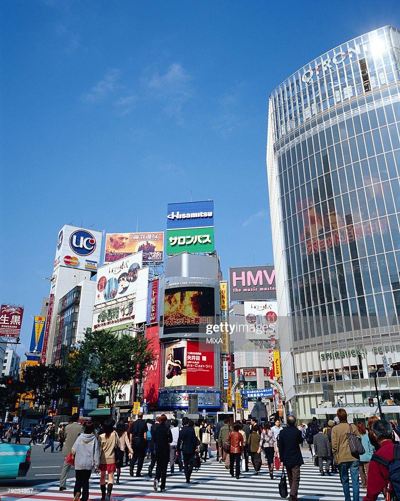 People crossing street in Shibuya, Tokyo, Japan : Stock Photo