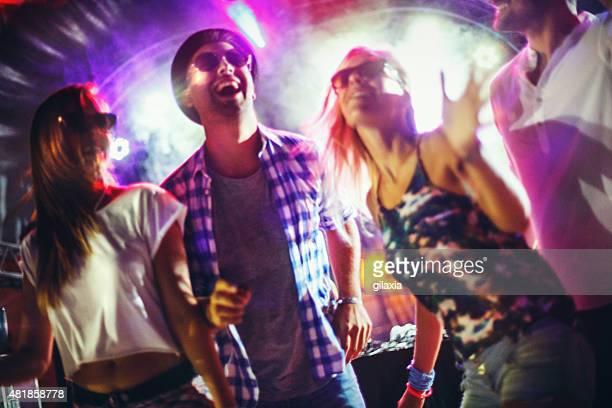 Danse de gens à la fête.