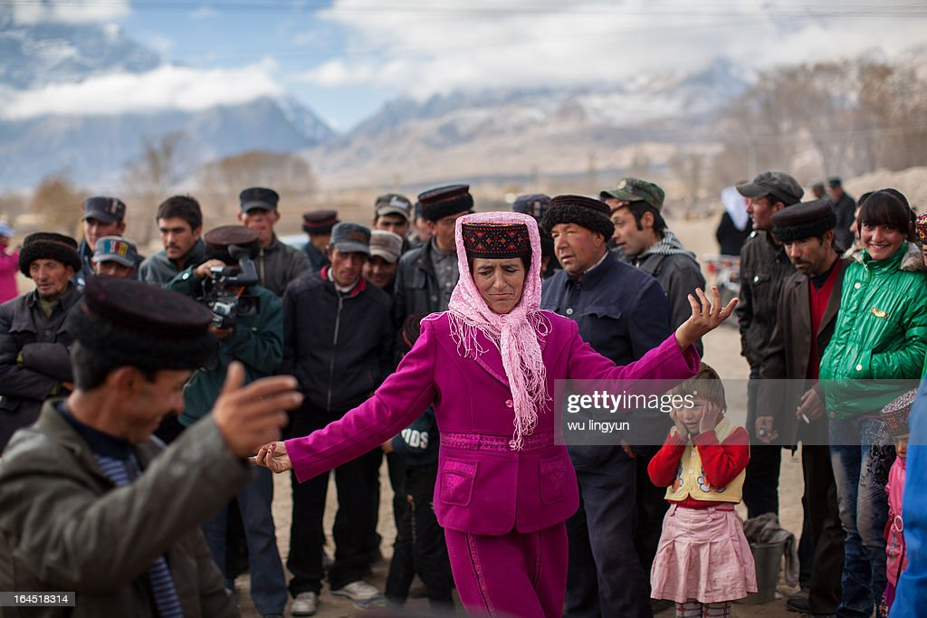 CONTENT] people dancing on Tajiks' weddingsouth of Xinjiangsouth of Xinjiang