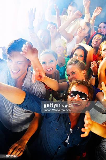 Les gens danser sur de la musique dans une discothèque