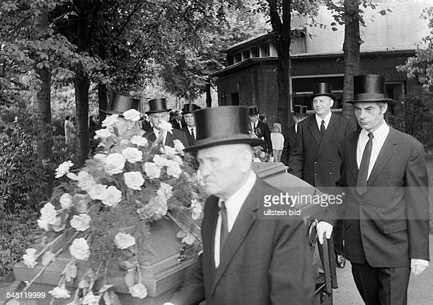 people death burial mourning pallbearer casket mourning clothes silk hat black garment black necktie aged 50 to 70 years