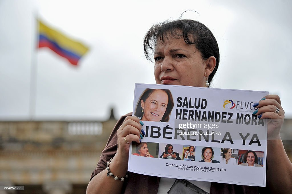 People demonstrate in Bogota, on May 25, 2016 asking for the release of Spanish-Colombian journalist Salud Hernandez-Mora who is believe to have been taken hostage in the Catatumbo area, where guerrilla groups and criminal gangs are active. Salud Hernandez-Mora, correspondent in Colombia for Spanis newspaper El Mundo and columnist for the Colombian daily El Tiempo, as well as Diego D'Pablos and Carlos Melo, journalists at the local TV network RCN, are reported missing near the municipality of El Tarra, Norte de Santander department. Spain fears Hernandez-Mora was kidnapped by the National Liberation Army (ELN). / AFP / GUILLERMO