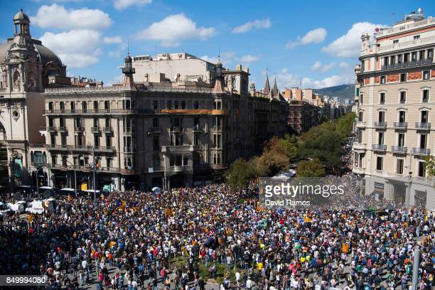 People demonstrate outside the Catalan VicePresident and Economy office as police officers holds a searching operation inside on September 20 2017 in...
