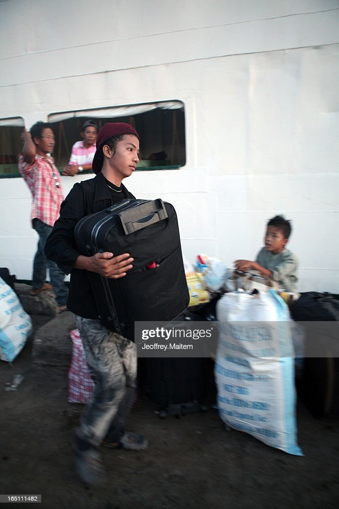 People displaced by continuing armed conflict between the supporters of Philippine Muslim clan Sulu Sultan Jamalul Kiram III and Royal Malaysian Police in Sabah, Malaysia, arrive at Bonggao on March 30, 2013 in Bonggao, Tawi-Tawi, Philippines. Following the insurgency in Sabah and the Malaysian government's subsequent crackdown on undocumented Filipinos, over 4000 people, mostly Filipino Muslims, have begun evacuating to the southern provinces of Basilan, Sulu, and Tawi-Tawi in the Philippines, with numbers expected to reach more than 100,000.