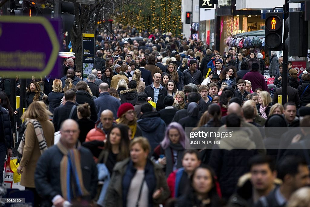 People doing last minute Christmas shopping on Oxford Street in central London on December 23 2014 AFP PHOTO/JUSTIN TALLIS