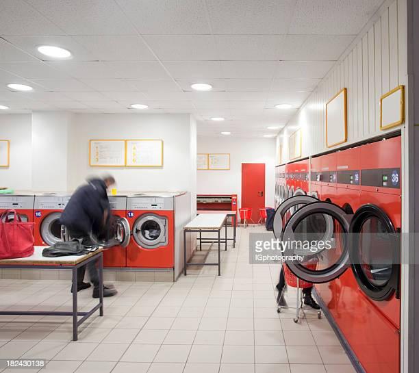 Gens faire de blanchisserie, une laverie automatique