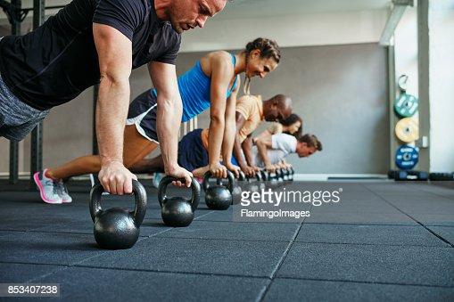 Leute, die Liegestütze zusammen in einer Gesundheit Verein Klasse : Stock-Foto
