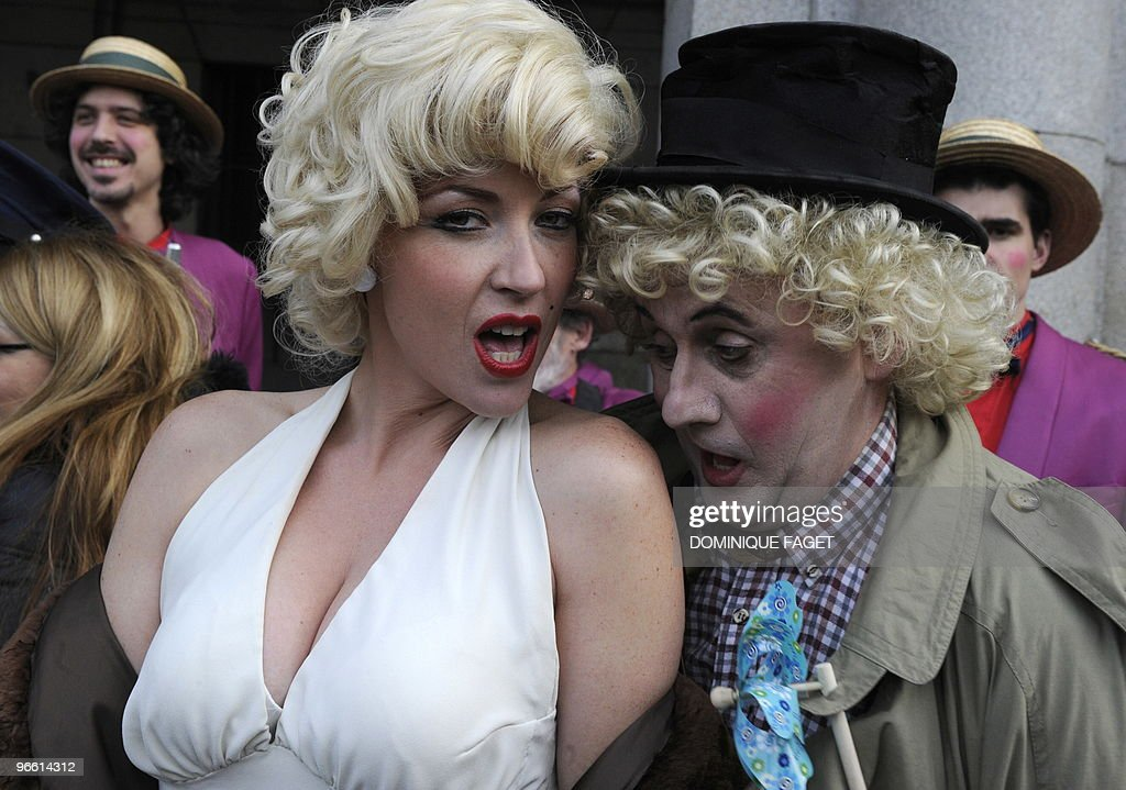 People dressed as Marilyn Monroe (L) and Harpo of the Marx Brothers take part in the inauguration of the Carnaval of Madrid at the Plaza Mayor in Madrid February 12, 2010. AFP PHOTO / DOMINIQUE FAGET