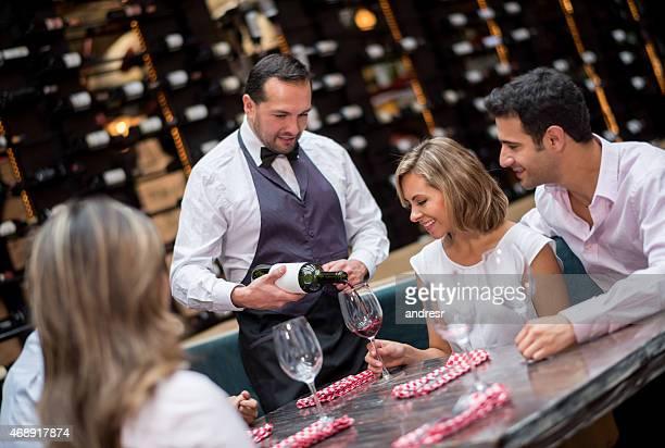 Gente beve vino rosso in ristorante