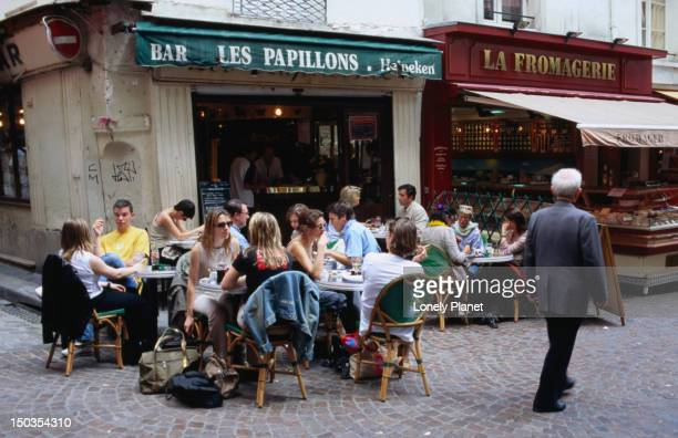 People eating outdoors at Le Papillons on Rue Mouffetard.