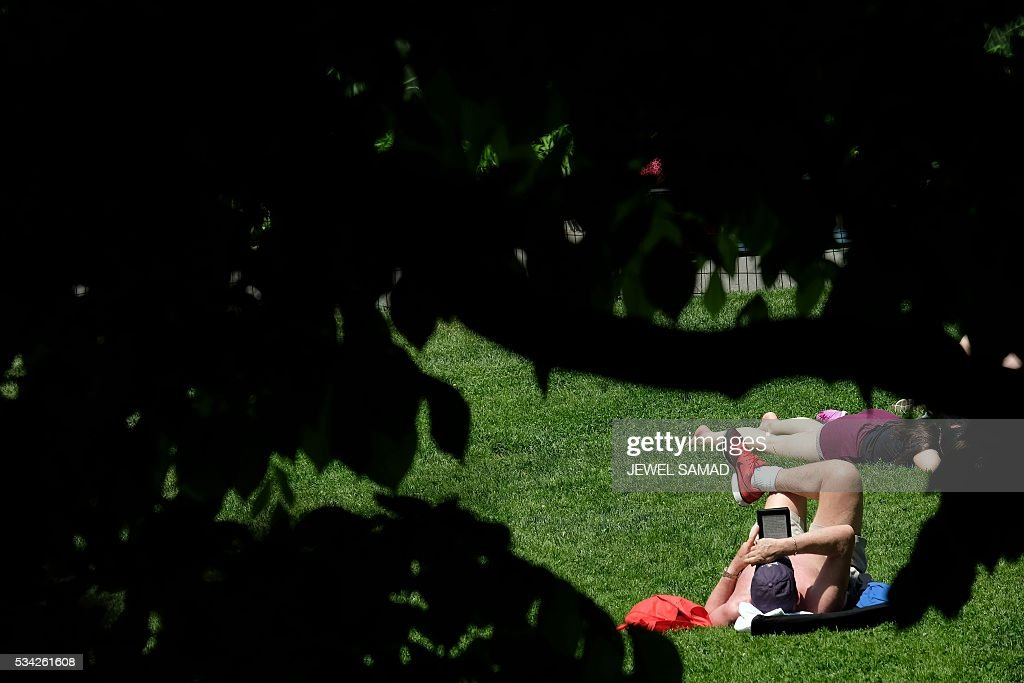People enjoy a warm sunny day in Central Park in New York on May 25, 2016. / AFP / JEWEL