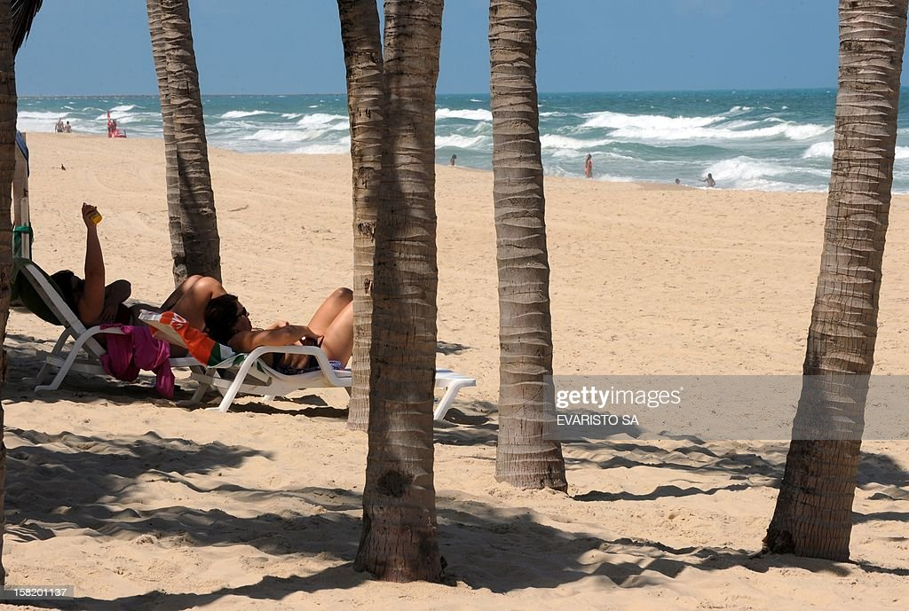 People enjoy the beach in Fortaleza, Ceara State, northeastern of Brazil, on December 11, 2012. Fortaleza will host the Confederations Cup next June 2013, which will notably bring together four former world champions. AFP PHOTO / Evaristo SA