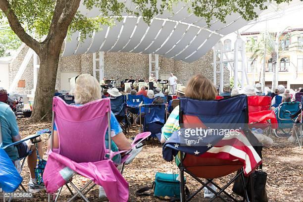 Personnes de profiter de la dernière Concert de l'orchestre de la Côte du Golfe