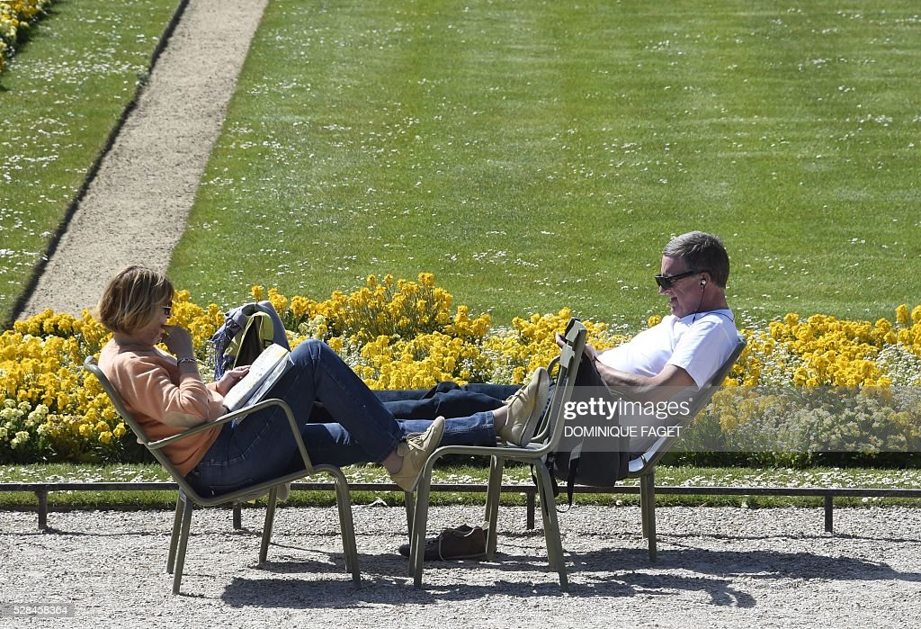 People enjoy the sunny and warm weather at the Luxembourg Garden in Paris on May 5, 2016. / AFP / DOMINIQUE