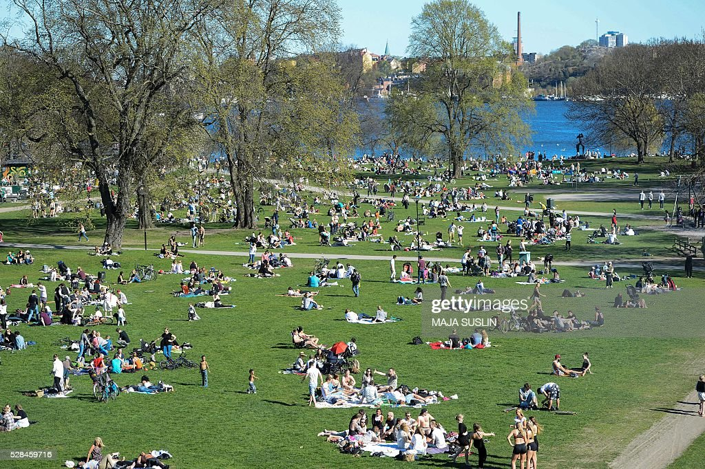 People enjoy the sunny weather in Tantolunden park in central Stockholm, Sweden, on May 5, 2016. The Swedish Meteorological and Hydrological Institute predicts temperatures much higher than normal the coming days. / AFP / TT News Agency / Maja SUSLIN / Sweden OUT