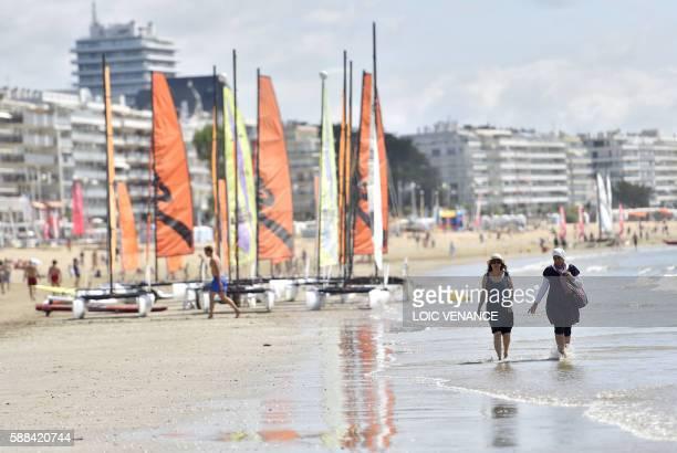 People enjoy time at the beach in La Baule on August 11 2016 / AFP / LOIC VENANCE