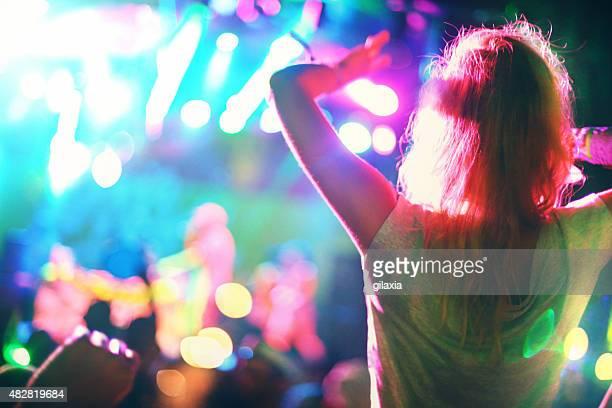 Gens profitant d'un concert.