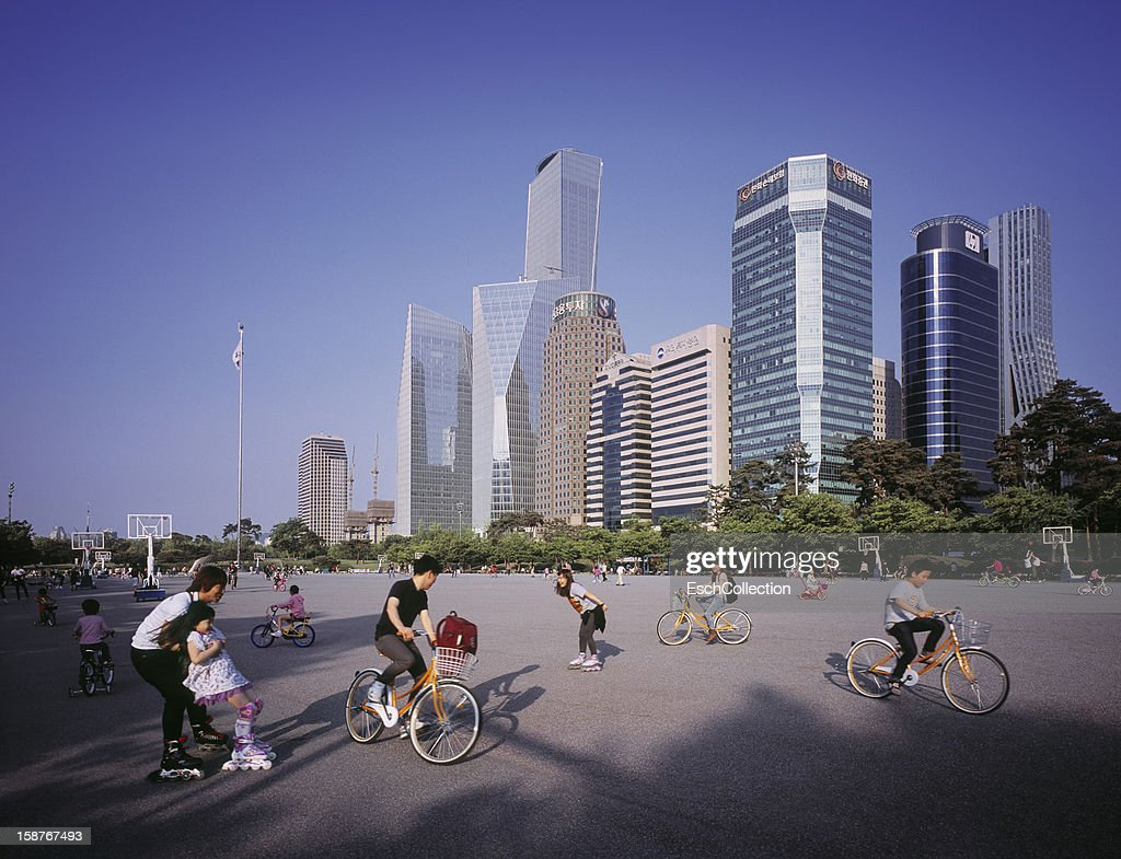 People enjoying a sunny afternoon in Seoul : Stock Photo