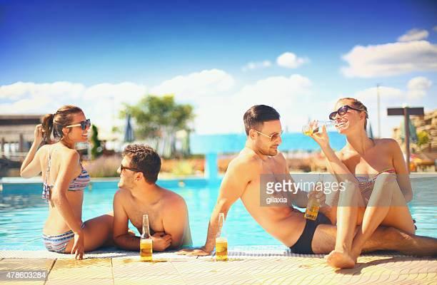 Menschen genießen Sie drinks am pool.