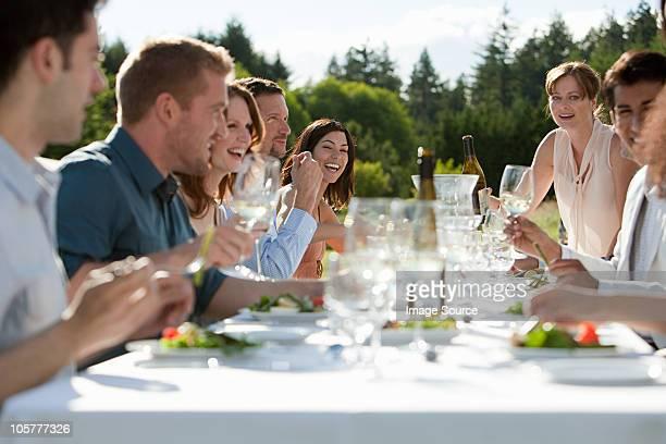 屋外でのディナーパーティを楽しむ人々