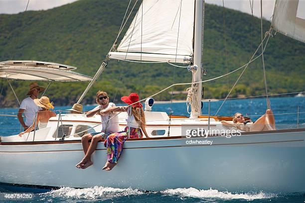 Gens profitant de la voile sur un luxueux Sloupe dans les Caraïbes