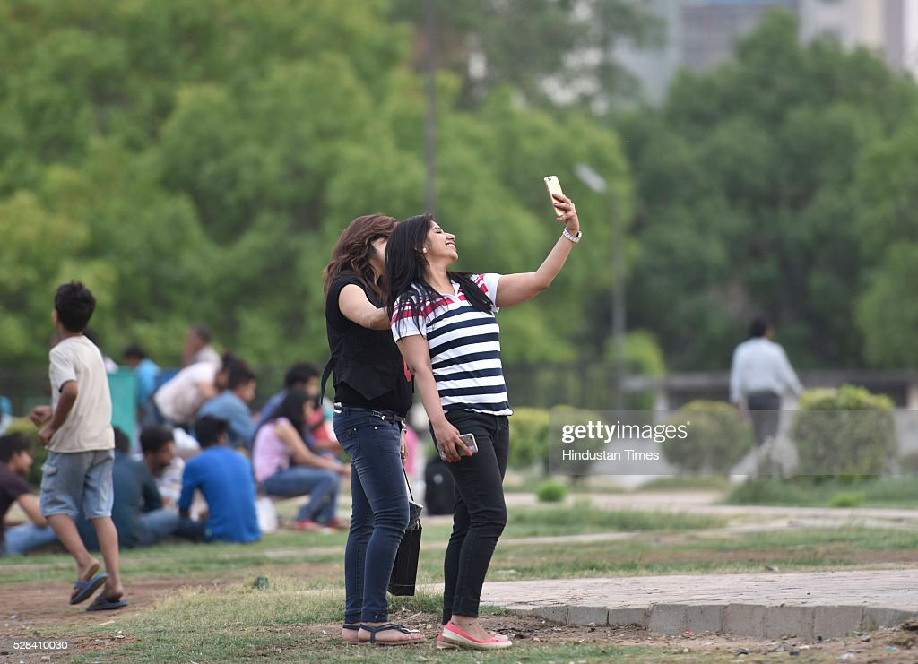 People enjoying the pleasant weather, on May 4, 2016 in New Delhi, India. The Met Office has predicted light rains for the day. The maximum temperature is expected to hover around 40 degrees Celsius.