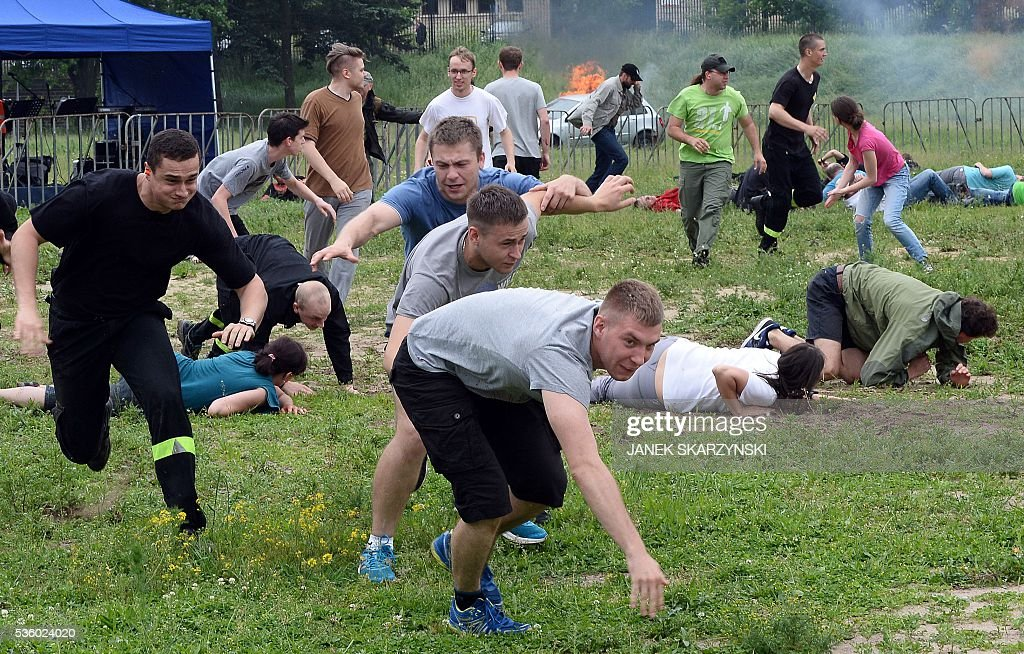People escape during anti-terrorism exercises on May 31, 2016 in Warsaw. Polish anti-terrorism units hold exercises in Poland's national stadium in Warsaw where NATO will hold summit in July. / AFP / JANEK