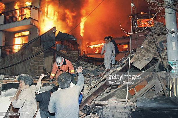 People evacuate as the fire expand on January 17 1995 in Kobe Hyogo Japan Magnitude 73 strong earthquake jolted in the morning of January 17 1995 in...