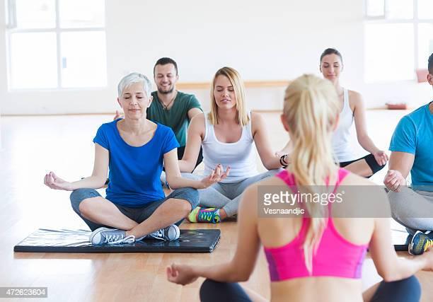 Menschen, die yoga-Übungen im Fitness-club
