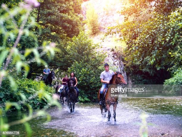 Menschen Galopp Pferd durch Strom