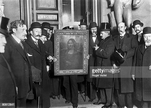People gather around the Mona Lisa painting on January 4 1914 in Paris France after it was stolen from the muse du Louvre by Vincenzo Peruggia in 1911
