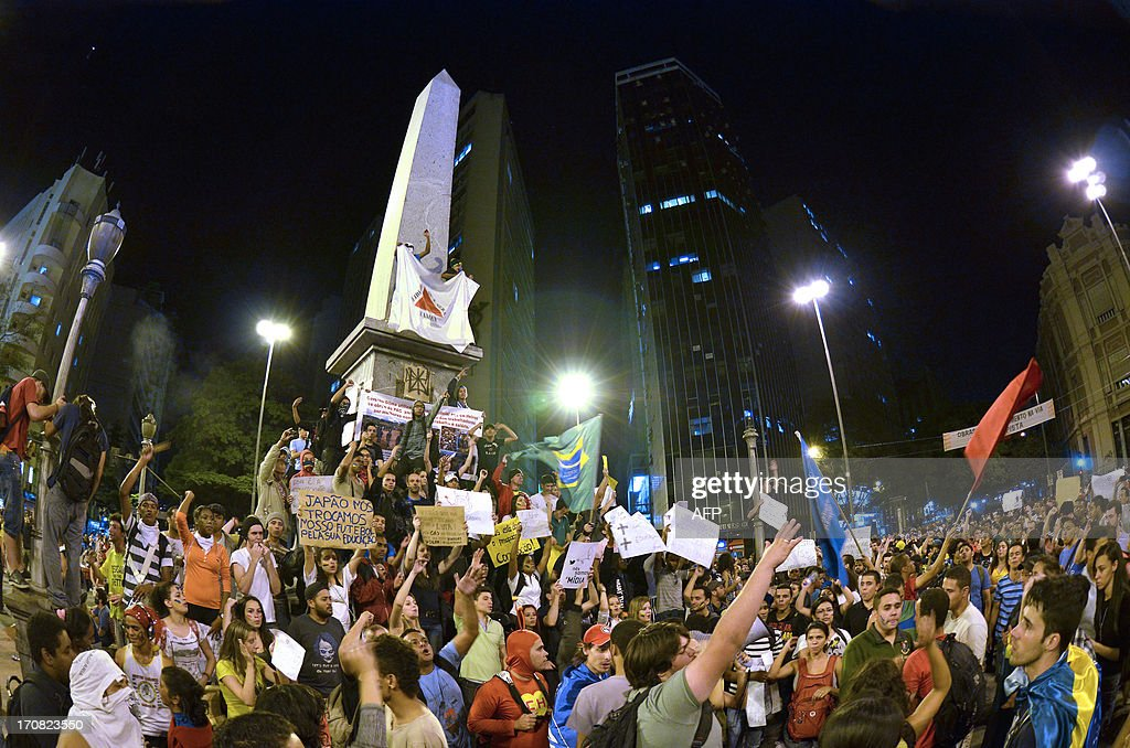 People gather at the September 7 square on June 18, 2013 in Belo Horizonte, state of Minas Gerais. Brazil's President Dilma Rousseff tried to get ahead of a wave of popular protest Tuesday, vowing to listen to the complaints of youths angered by the cost of staging the World Cup. AFP PHOTO / Douglas MAGNO